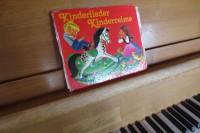 Schon häufig geklebt, aber noch hält es und Emil singt gerne mit diesem alten Liederbuch am Klavier